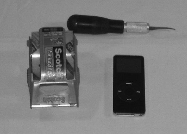 Рис. 7.22. Все необходимое для эксперимента — скотч, скальпель, сам iPod