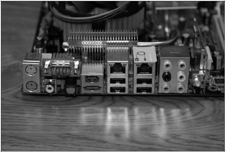 Рис. 8.44. Панель ввода/вывода на материнской плате. Множество всякой всячины, включая eSATA, множество портов USB и FireWire. Обратите внимание на разъем антенны WiFi!